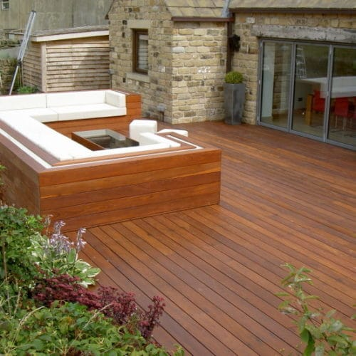 Hardwood saturating oil Deks Olje D1 on a deck