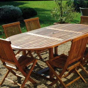 Teak olje used on garden furniture