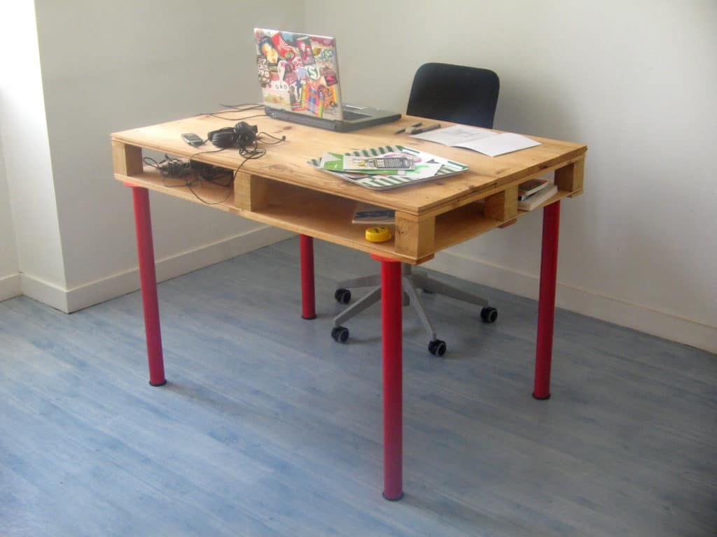 Work desk made from a pallet