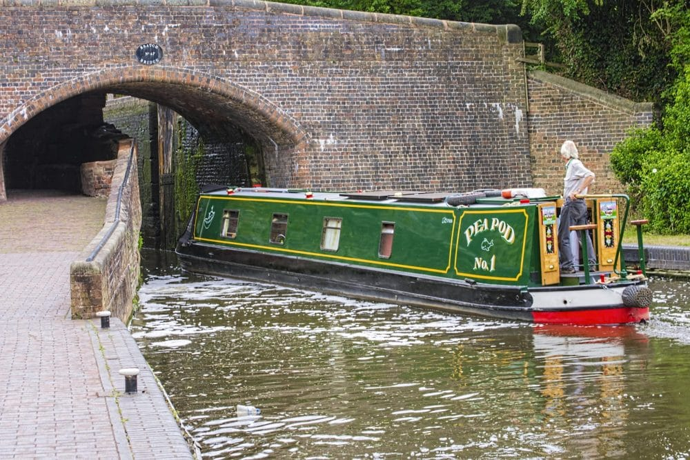 Narrowboat going under bridge