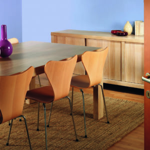 Linitop Acryl Vernis on a kitchen table and chairs