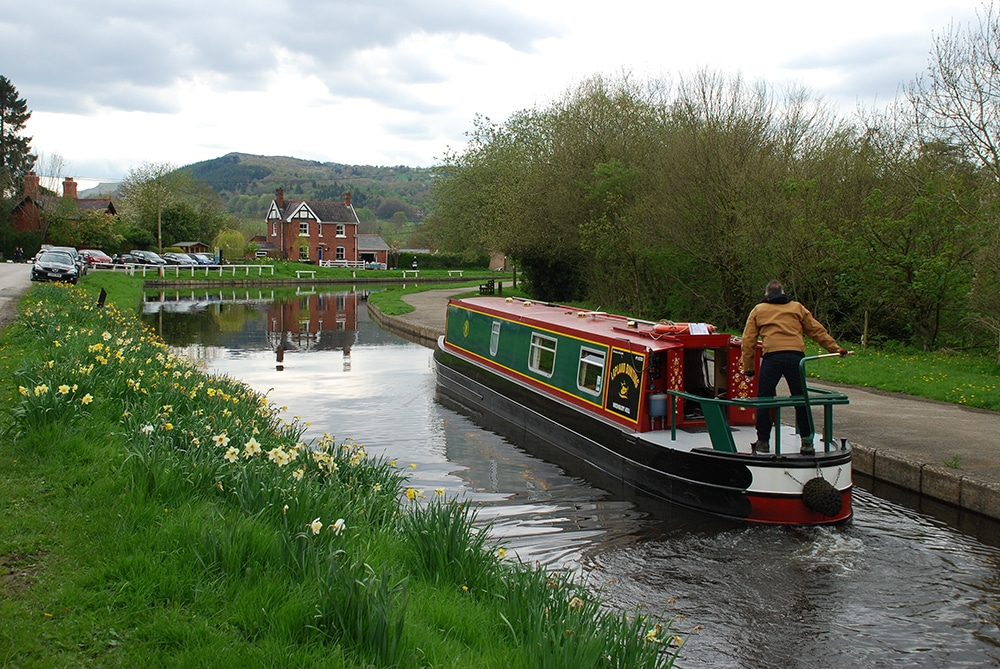 narrow boat setting off