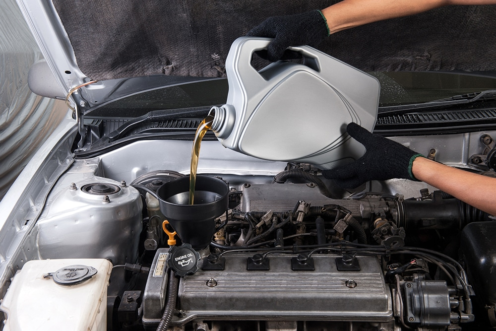 Man replacing engine oil